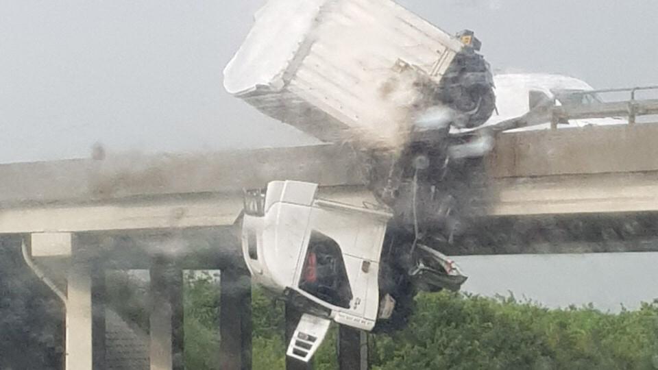 Horrorbaleset az M3-ason: egy kamion lóg le a hídról Miskolcnál