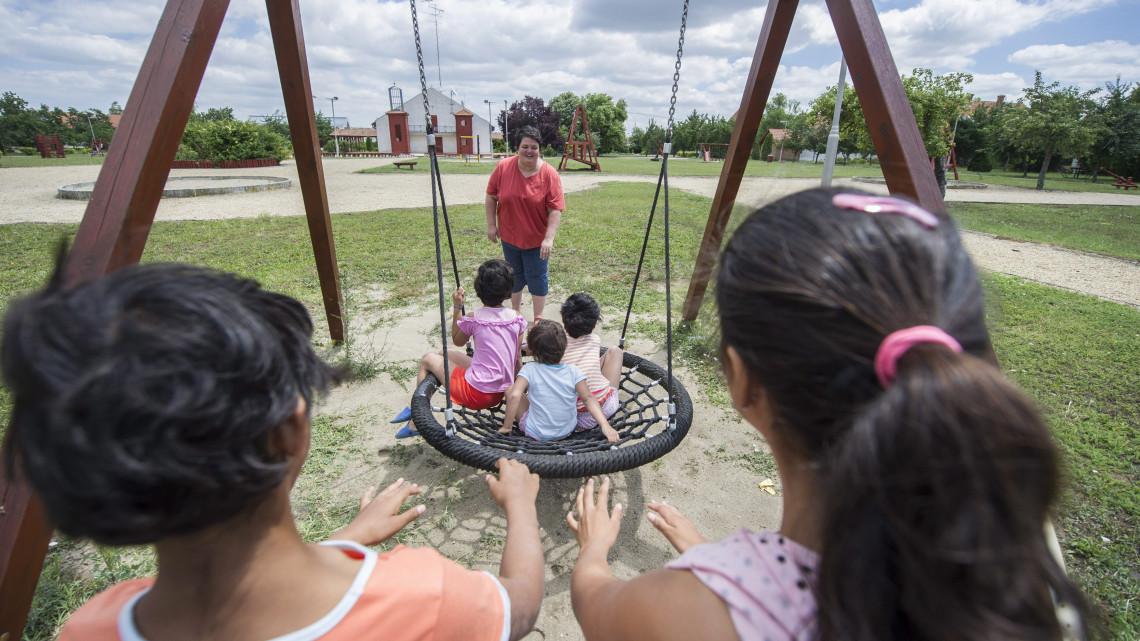 Több pénz jut a gyermekvédelemre: ennyiből fejlesztik a nevelőszülői hálózatokat