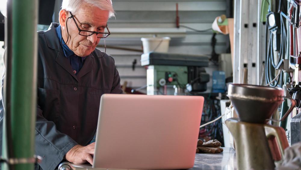 Már százezer nyugdíjas dolgozik: jól járnak velük a vállalkozások