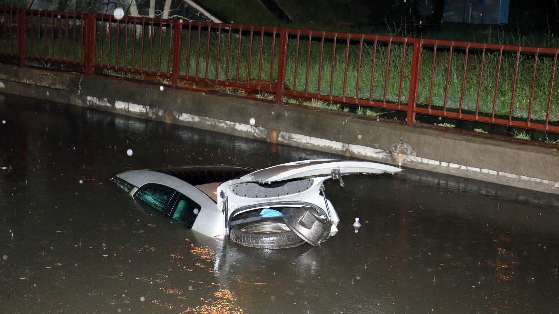 Hatalmas károkat okozott a vihar: autók merültek el a vízben + képek