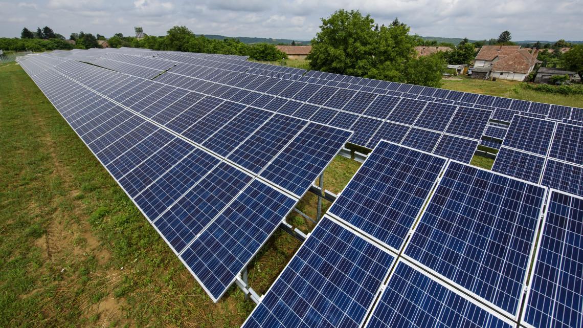 Újabb naperőmű épült hazánkban: 5 és fél hektáron gyűjtik az energiát Hugyagon