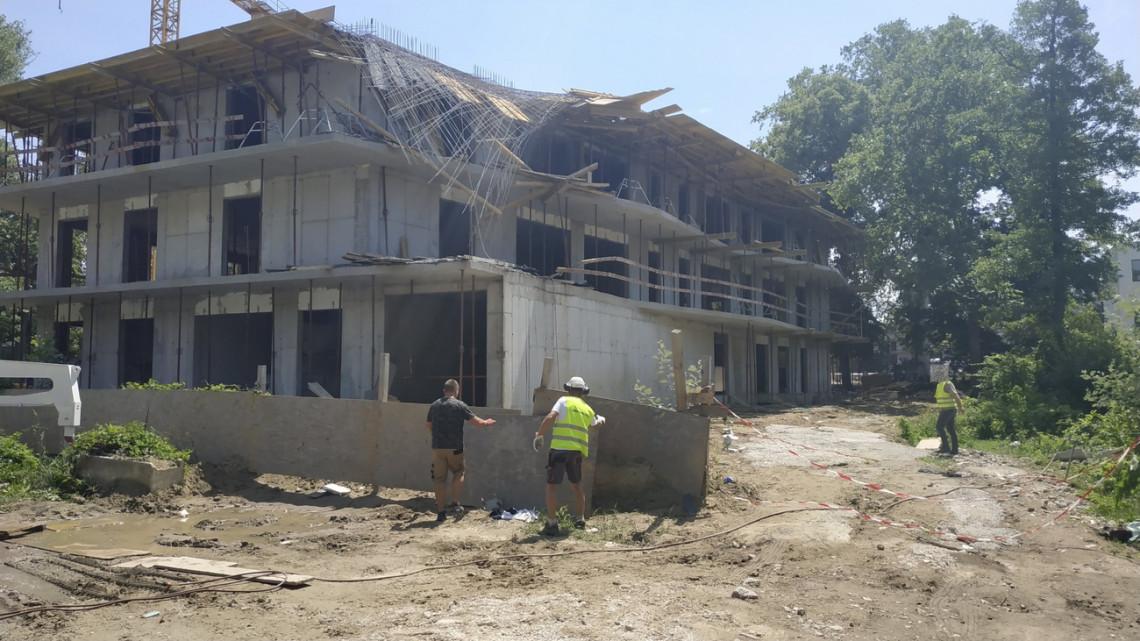 Brutális baleset a balatoni építkezésen: munkásokra szakadt a tető