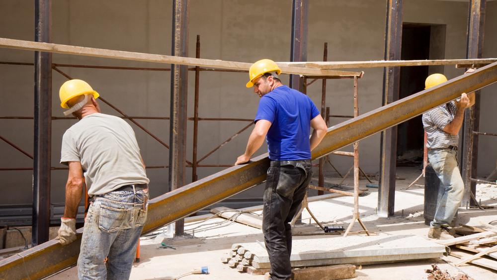 Egyre több magyar dolgozik: történelmi mélyponton a munkanélküliség