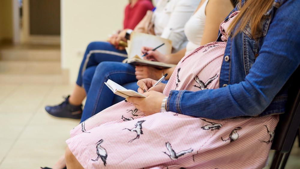 Elkezdődött a roham: dugig vannak a járási hivatalok kismamákkal