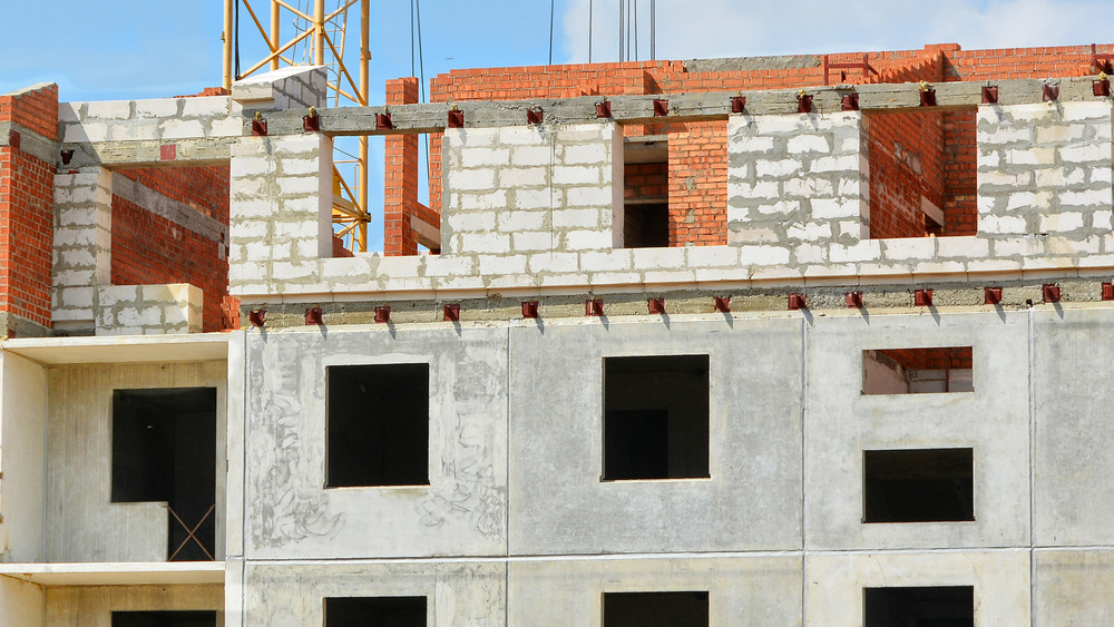 Egyre többet csúsznak az átadások: ezért nem készülnek el időben a lakások