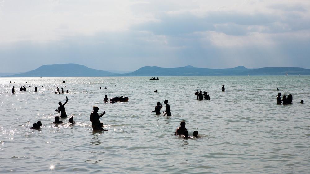 Ingyen dolgoznak a fiatalok a Balatonon: több száz önkéntes vigyáz a strandolókra
