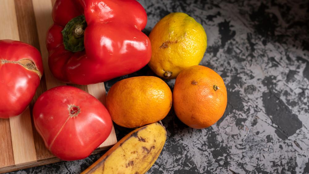 Hihetetlen pazarlás hazánkban: rengeteg egészséges gyümölcs végzi a kukában