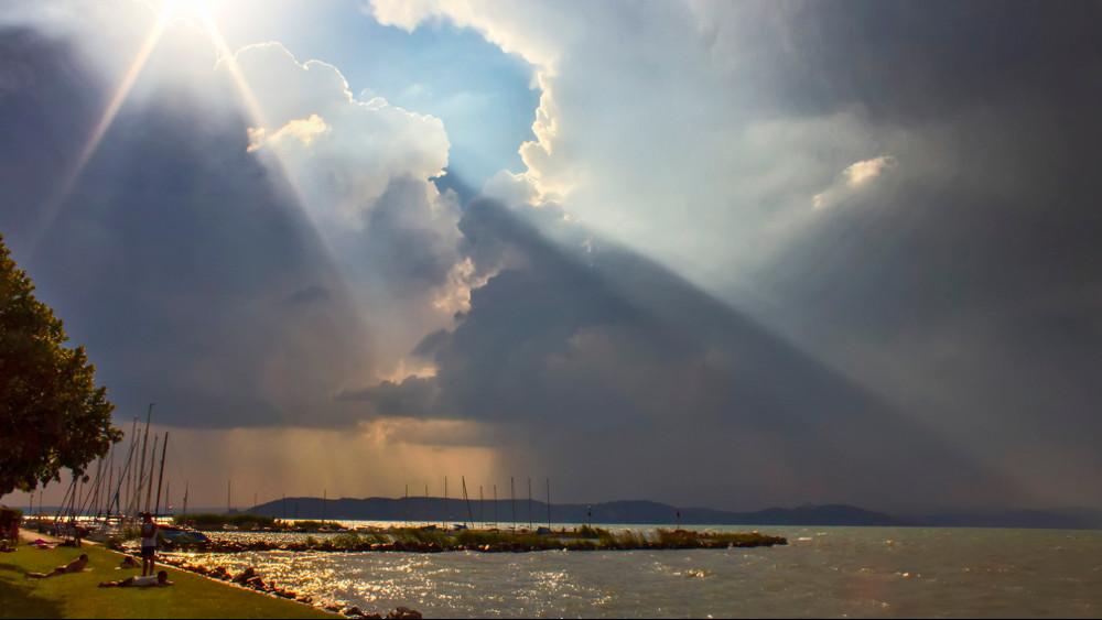 Hihetetlen formát öltött a vihar: Balaton alakú zivatarlánc tartott a magyar tenger felé!