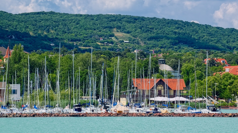 Tömegeket keresnek a Balatonnál: 600 ezres fizetés, ingyen szállás és étkezés