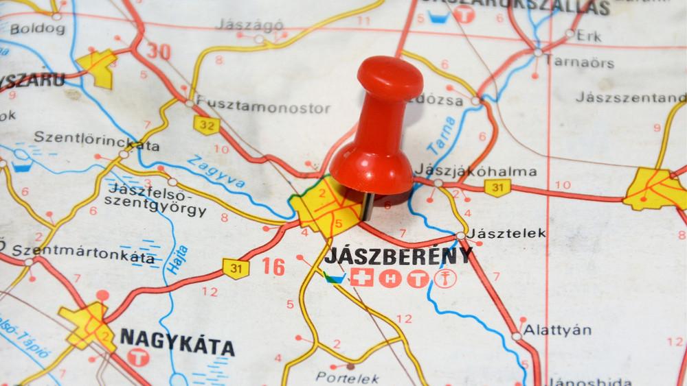 Milliárdos beruházás: megkezdődött a burkolatfelújítás Jászfényszaru és Jászberény között