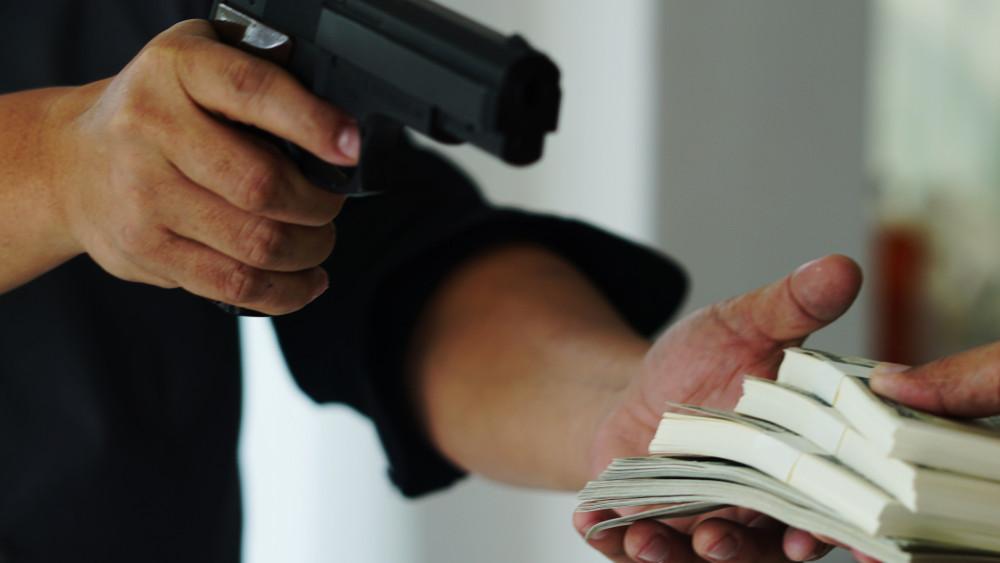 Műsorvezetőből bankrabló: a 34 éves férfi fegyverrel pakolt ki két pénzintézetet