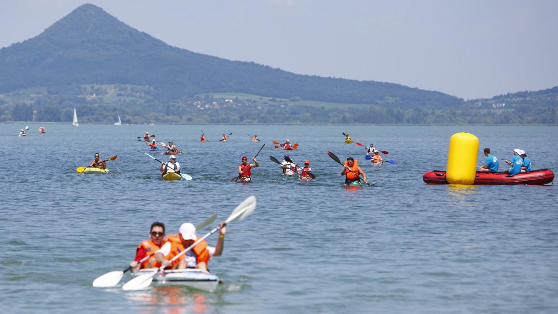 Egyre többen evezik át a Balatont: idén több mint 2 ezren pattantak csónakba