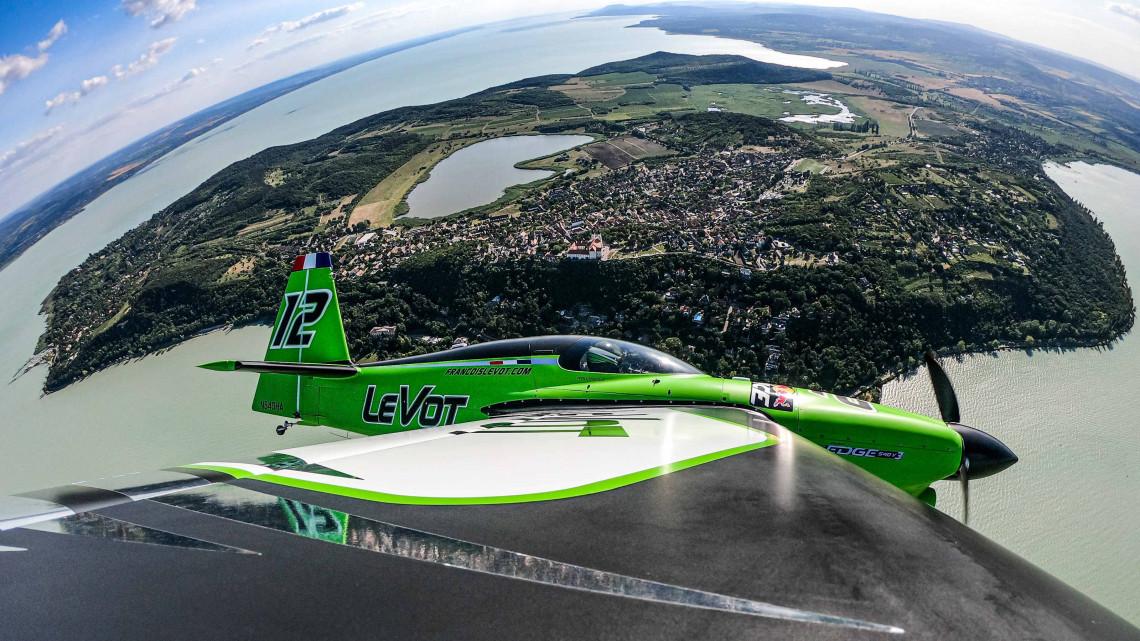 A Balaton felett hangolódnak a pilóták: ezt látják a magasból