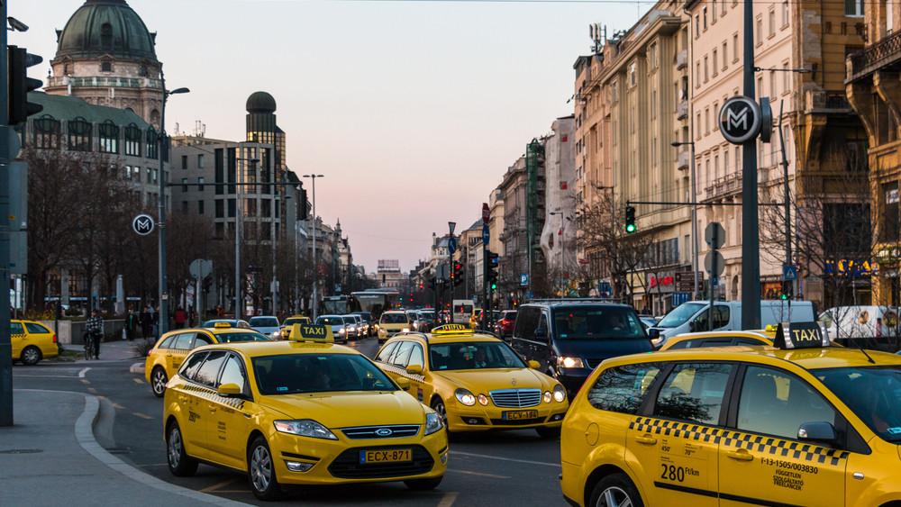 Ellenőrzik a taxikat: május óta több rendszámot is bevontak