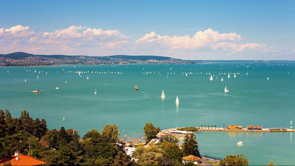 561 hajó kerülte meg a Balatont: ilyen volt az idei Kékszalag