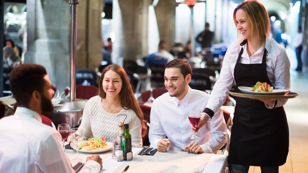Kevesebb alkalmazott, több fizetés? Mutatjuk, mire számíthatnak a vendéglátásban dolgozók