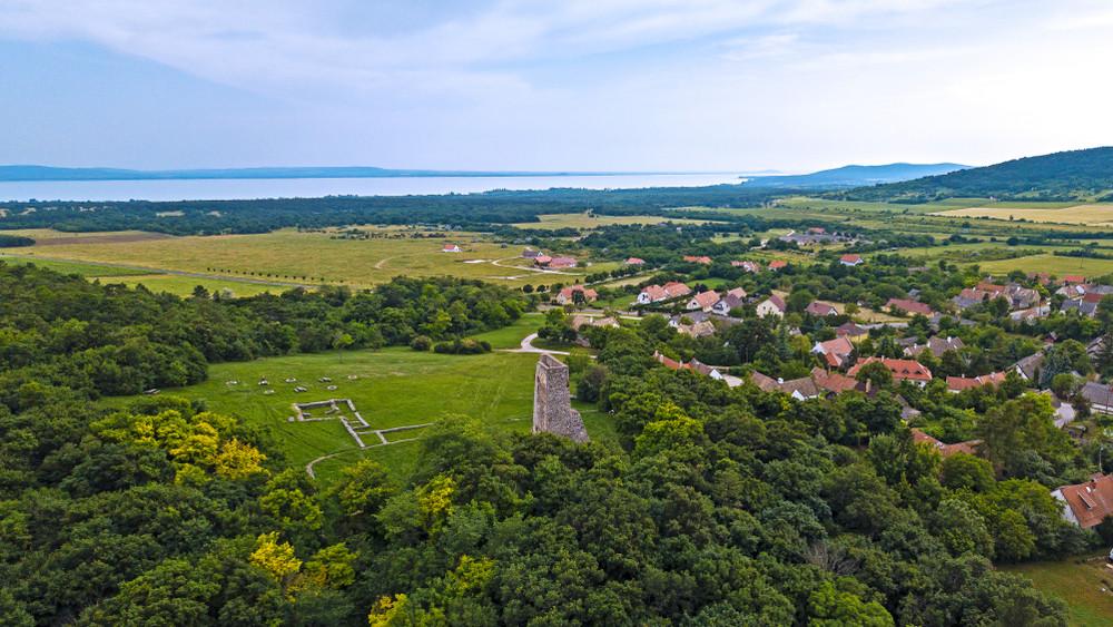 Így is lehet: nem csak méregdrága nyaralók vannak a Balatonnál