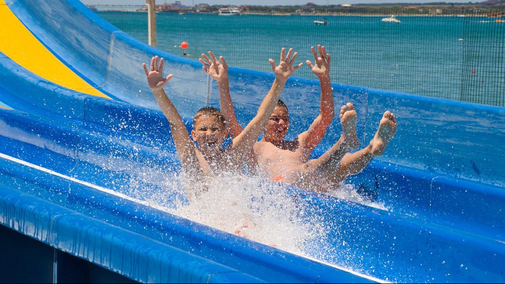 Súlyos problémák az aquaparkokban: sorra zárják le a népszerű csúszdákat, medencéket