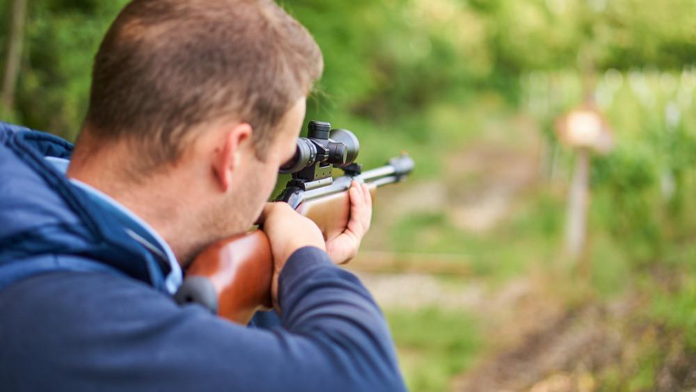 Lövöldözés egy kecskeméti áruházban: sörétessel támadt volt élettársára a férfi