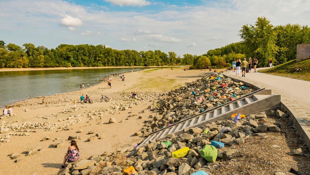 Undorító: a felújított szabadstrand mellett ömlik a szennyvíz a Dunába