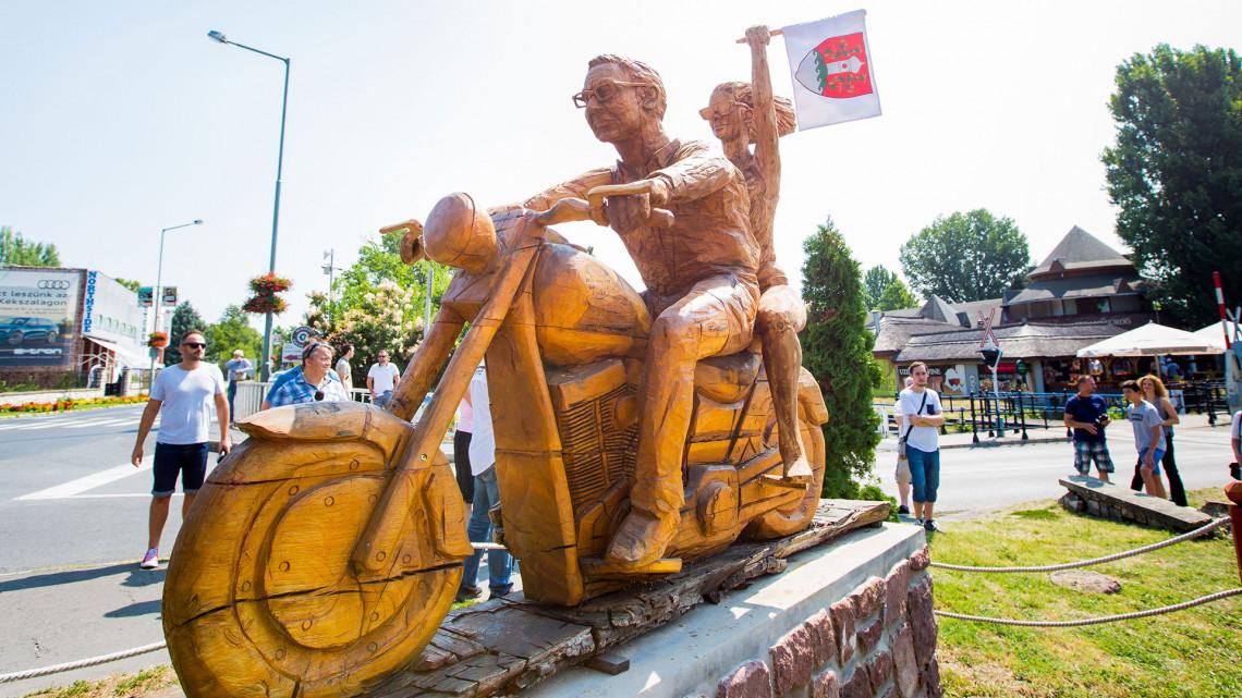 Különleges szoborcsoport kapott helyet a Balaton partján: mutatjuk a képeket!