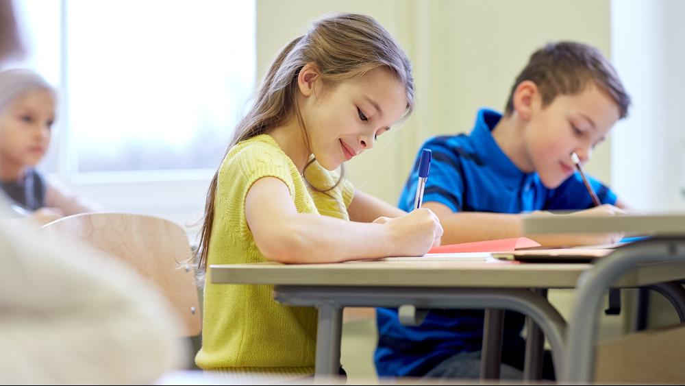 Hivatalos: jövő szeptembertől ingyen tankönyvet kap minden diák