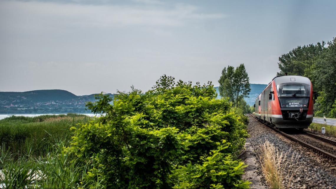 Időjárás ide vagy oda, így is rekord sokan utaztak a Balatonra