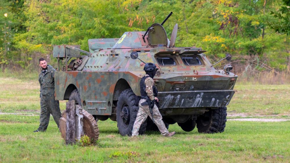 Katonai járművek lepik el az utakat: erre számíthatnak az autósok
