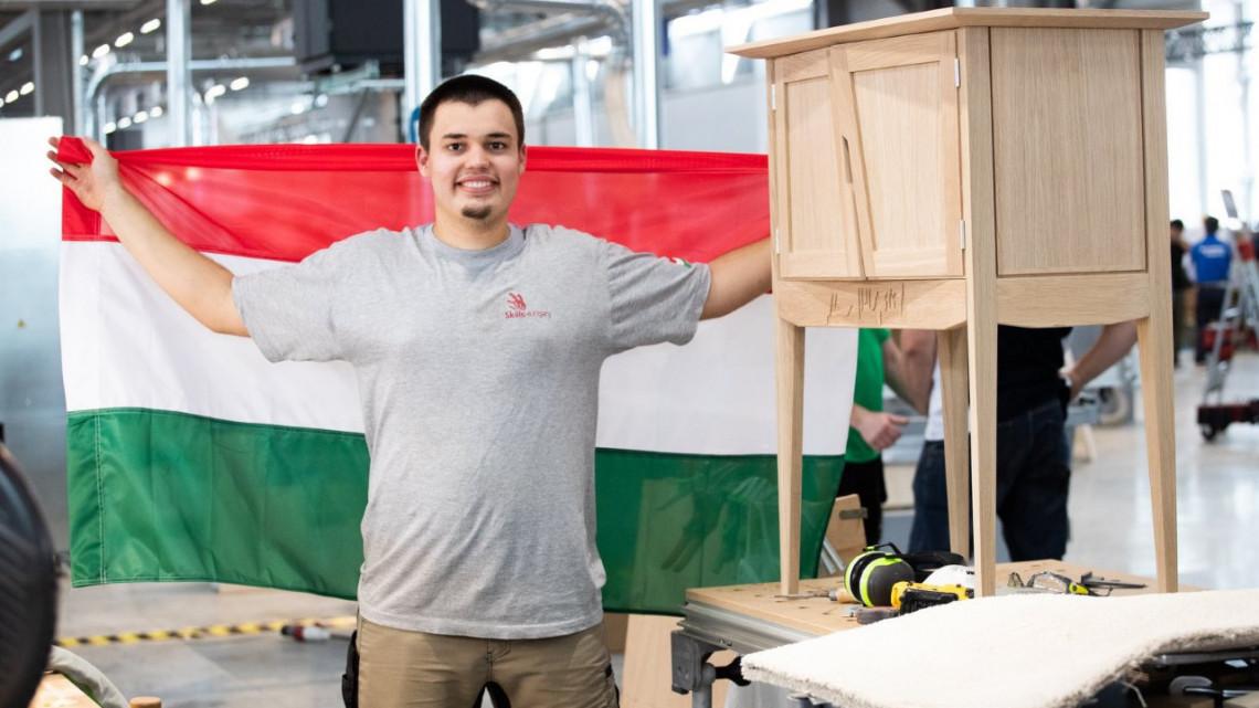 Még hogy elfogytak a szakemberek: ő az egyik legjobb bútorasztalos Magyarországon