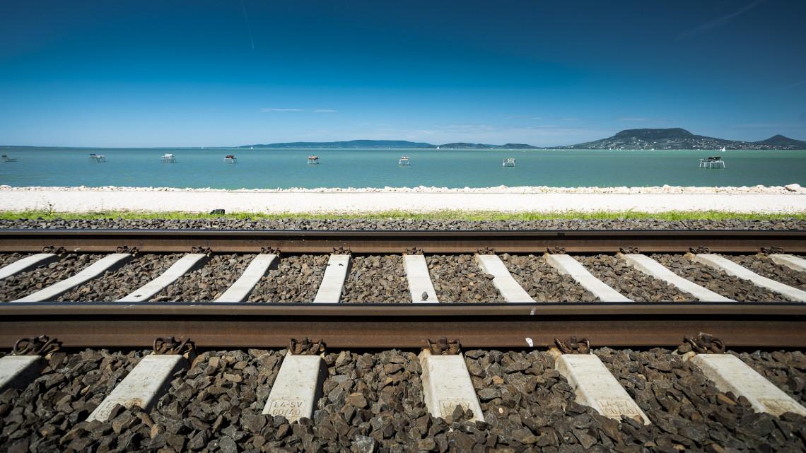 Bejöttek az újítások: egyre népszerűbbek a balatoni vonatjáratok