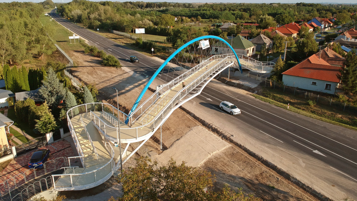 Több száz milliós beruházás: átadták a győrszentiváni gyalogos hidat