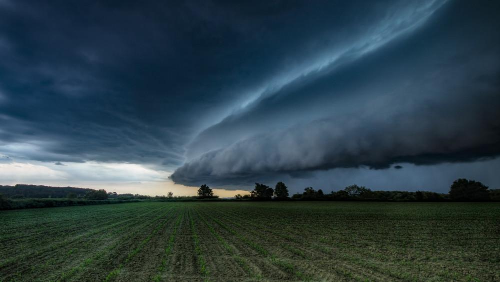 Kiadták a figyelmeztetést: felhőszakadás tarolja le az országot