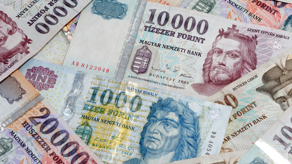 Mi folyik itt? Tömegesen menekítik ki a pénzüket a bankokból a magyarok