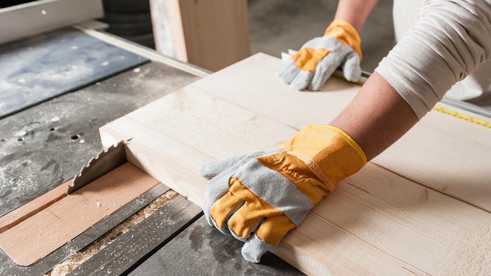 Félmilliárd forintos fejlesztés Gyulán: új munkahelyek létesülnek egy bútorgyártó cégnél!