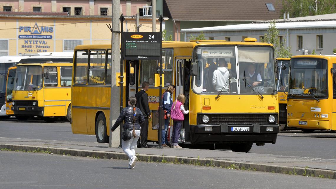 Hatalmas változások a vidéki tömegközlekedésben: minden ingázót érint!