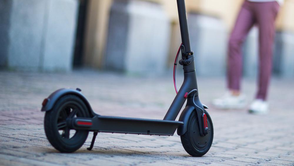 Változik a magyar KRESZ: szabályozni fogják az e-rollerek használatát
