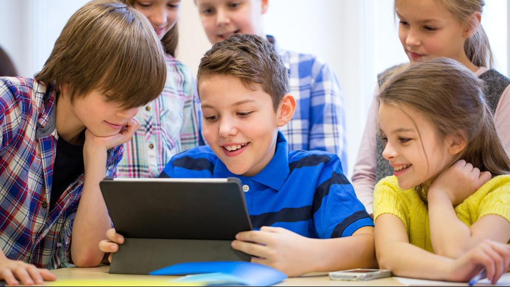 Gigafejlesztés a magyar iskolákban: wifit és okostelefont használhatnak majd a gyerekek