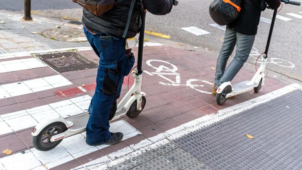 Pórul járhatnak az elektromos rollesek: jogosítványhoz kötnék a használatát