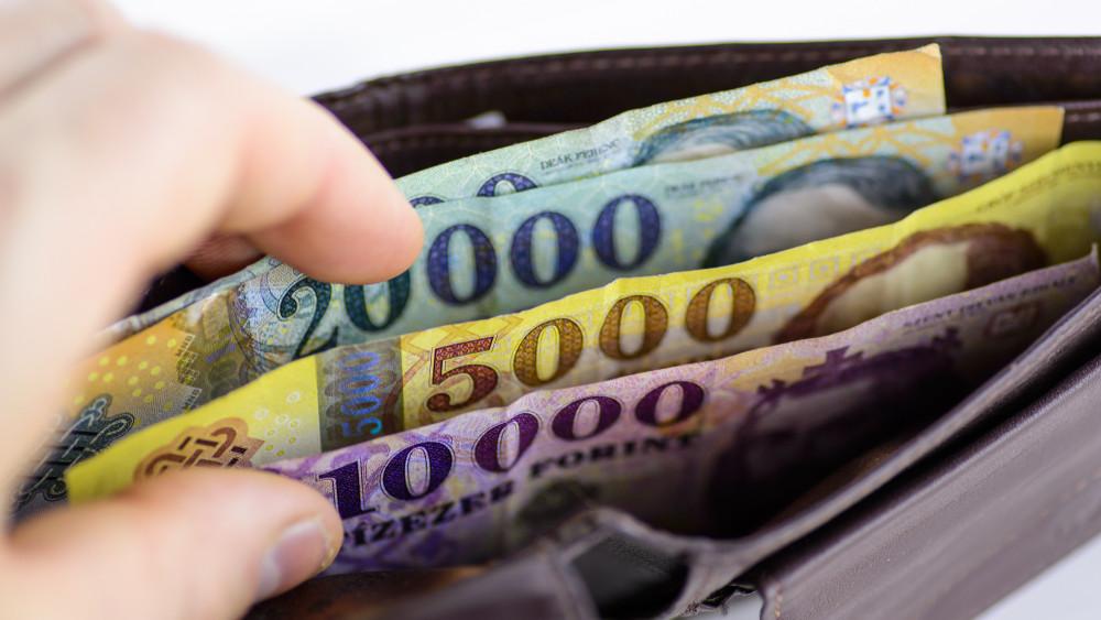 Ennyit keresnek most a magyarok: 11,5 százalékkal nőttek a bérek