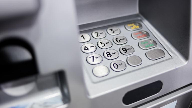 Itt a végjáték: tömegek indulnak a bankokba, fontos határidő jár le holnap