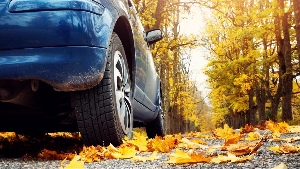 Itt az ideje váltani: ősszel balesetveszélyes nyári gumival autózni