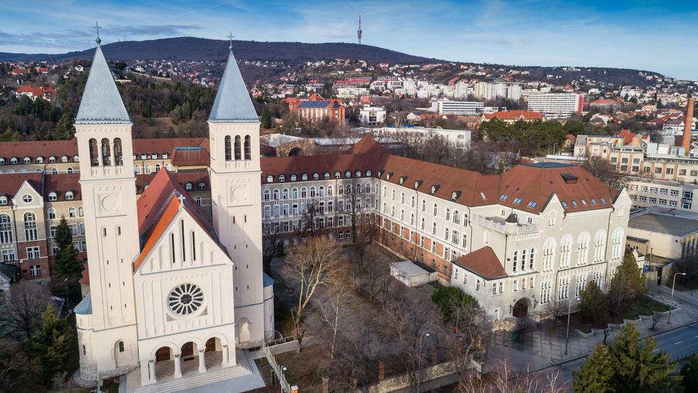 Kincseket rejtett a Rózsakert: középkori leletek kerültek felszínre Pécsen