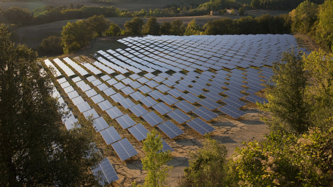 Megépült Nógrád megye legnagyobb napelemparkja: több mint 11 ezer háztartást lát el árammal