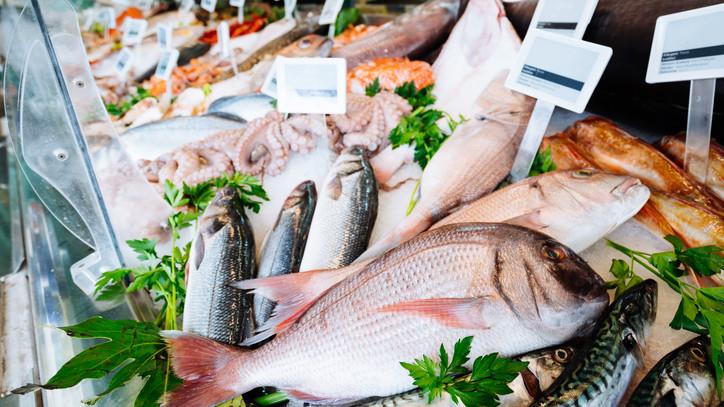 Felkészültek a rohamra: ünnepi kínálattal várják a vásárlókat a halárusok