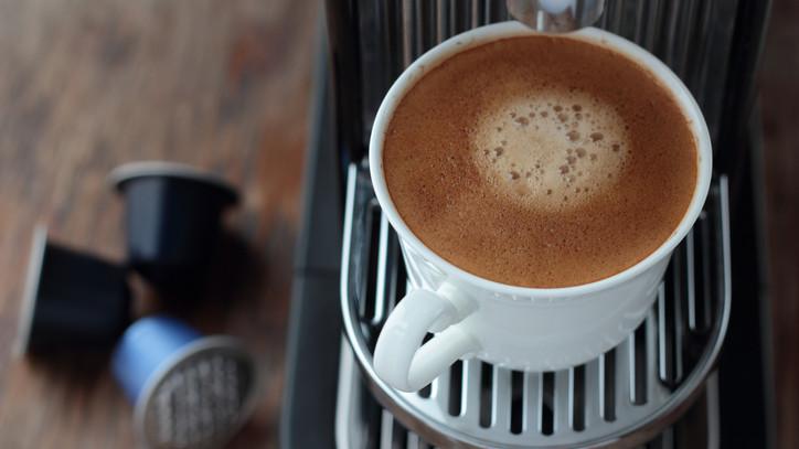 Bírságot kaptak a megtévesztésért: kapszulás kávékat vizsgált a Nébih