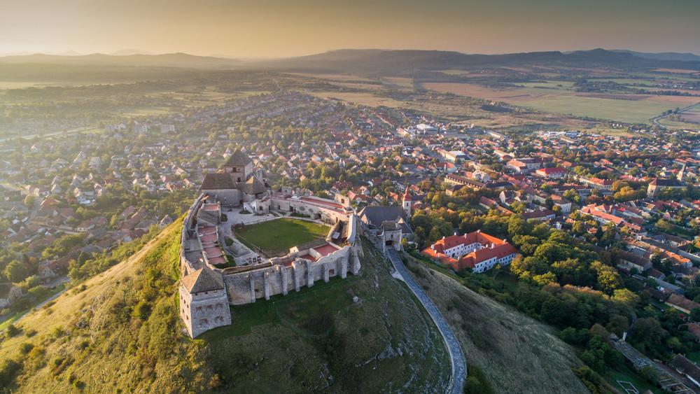 Érdemes lesz idelátogatni: gigafejlesztés kezdődött Sümegen