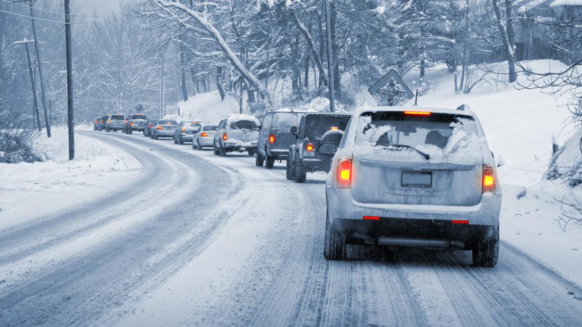 Autósok, figyelem! Életveszélyesek az utak, itt az idő lecserélni a nyári gumit!