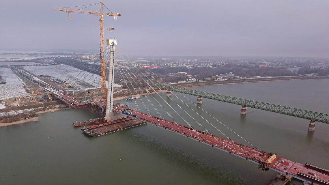Látványosan halad az új Duna-híd építése: tavasszal már birtokba vehetik az autósok