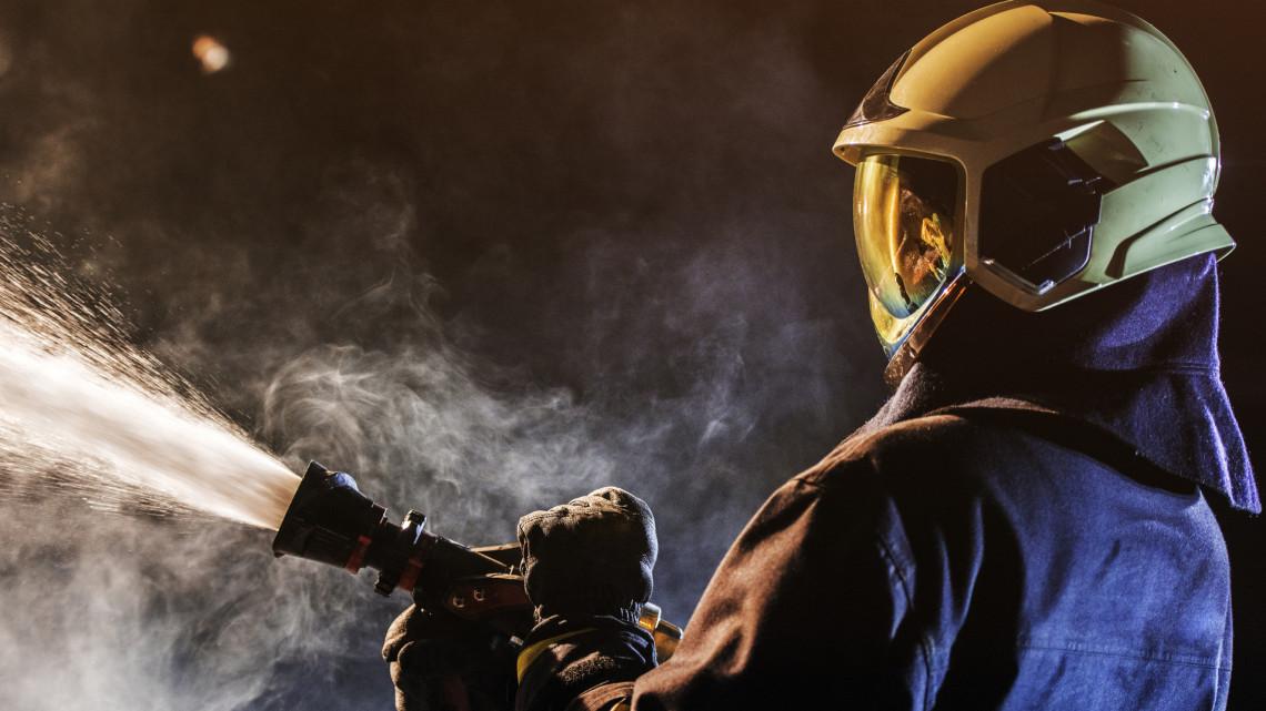 Lángok csaptak fel a jászberényi üzemben, a tűzoltók nagy erőkkel oltották