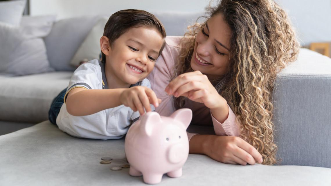 Jó hírt kaptak a családok: korábban jön a pénz